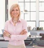 Elegante junge blonde Frau zu Hause lizenzfreie stockfotografie
