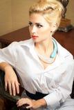 Elegante junge Frau arbeitet im Büro Stockbilder