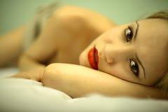 Elegante junge Frau des Portraits lizenzfreie stockbilder