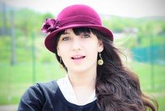 Elegante junge Frau, die draußen lächelt Lizenzfreies Stockfoto