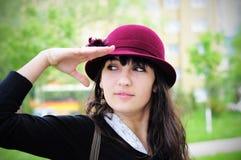 Elegante junge Frau, die draußen lächelt Stockfotografie