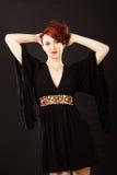 Elegante junge Frau im schwarzen Kleid Stockfotografie