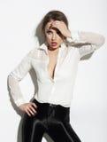 Elegante junge Frau im weißen Blusen-Gestikulieren lizenzfreie stockbilder