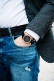 Elegante junge Geschäftsmann ` s Hand mit Mode kein Markenhandgelenk wa Lizenzfreies Stockbild