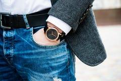 Elegante junge Geschäftsmann ` s Hand mit Mode kein Markenhandgelenk wa Lizenzfreie Stockfotografie
