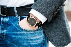 Elegante junge Geschäftsmann ` s Hand mit Mode kein Markenhandgelenk wa Stockfotografie