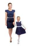 Elegante junge Mutter mit ihrer Tochter stockfotos