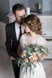 Elegante Jungvermählten nahe einem weißen Klavier Lizenzfreie Stockfotos