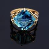 Elegante juwelenring met blauwe topaas stock afbeeldingen