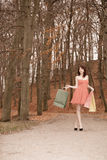 Elegante Käuferfrau, die in Park nach dem Einkauf geht Stockfotos