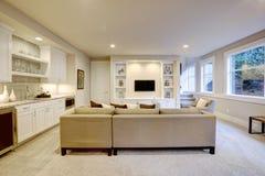Elegante kelderverdiepingswoonkamer met natte bar Stock Afbeeldingen