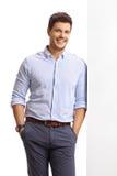 Elegante kerel die tegen een muur en het glimlachen leunen Royalty-vrije Stock Afbeelding