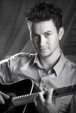 Elegante kerel met gitaar Royalty-vrije Stock Foto's