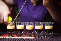 Elegante kochende alkoholische Cocktails auf der Bar Lizenzfreies Stockbild