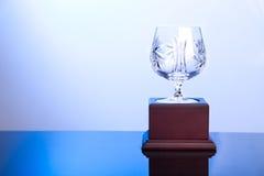 Elegante Kristallschalentrophäe auf der blauen Farbe umgebend stockbilder