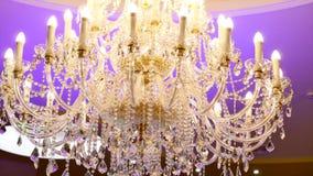 Elegante kroonluchter op het plafond in een luxerestaurant stock video