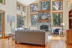 Elegante leefruimte met hoge gewelfde plafond en steenopen haard royalty-vrije stock foto's