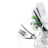 Elegante lijst plaatsende plaats met feestelijke decoratie op witte pl Stock Foto