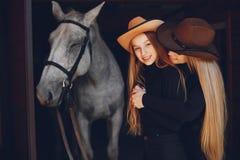 Elegante Mädchen mit einem Pferd in einer Ranch stockbilder