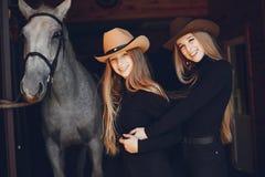 Elegante Mädchen mit einem Pferd in einer Ranch lizenzfreie stockfotos