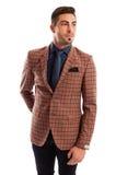 Elegante männliche vorbildliche tragende Krawatte und Plaid entsprechen Jacke Lizenzfreies Stockbild