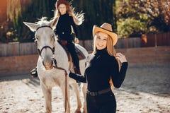 Elegante M?dchen mit einem Pferd in einer Ranch stockfoto