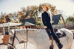 Elegante M?dchen mit einem Pferd in einer Ranch stockfotografie