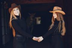 Elegante M?dchen mit einem Pferd in einer Ranch lizenzfreie stockfotos