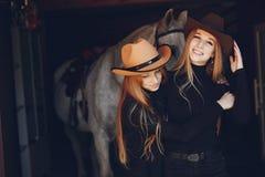Elegante M?dchen mit einem Pferd in einer Ranch lizenzfreie stockfotografie