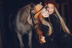 Elegante M?dchen mit einem Pferd in einer Ranch stockbilder