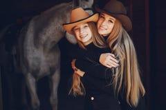 Elegante M?dchen mit einem Pferd in einer Ranch stockfotos