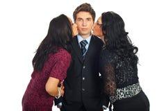 Elegante man die door twee vrouwen wordt gekust Royalty-vrije Stock Afbeeldingen
