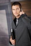 Elegante manager die bureau verlaat Stock Fotografie