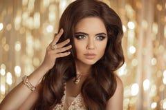 Elegante manier donkerbruine vrouw in goud Golvende Haarstijl Sexy gi Stock Foto's