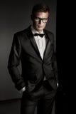 Elegante mens die kostuum draagt royalty-vrije stock afbeeldingen
