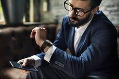 Elegante mens die mobiele telefoon met behulp van stock foto