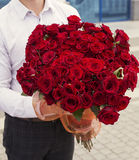 elegante mens met een boeket van rode rozen Stock Foto