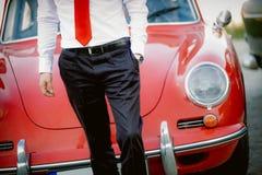 Elegante mens met klassieke auto op achtergrond Stock Foto's