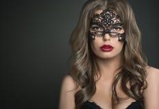 Elegante model de manierschoonheid van het kapsel mooie donkerbruine meisje Stock Afbeeldingen