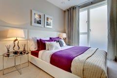 Elegante moderne slaapkamer Royalty-vrije Stock Afbeeldingen