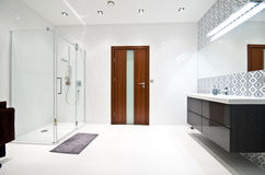 Elegante moderne witte badkamers stock foto