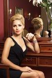 Elegante modieuze vrouw met diamantjuwelen. Stock Foto