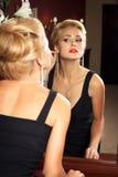 Elegante modieuze vrouw met diamantjuwelen. Stock Afbeelding