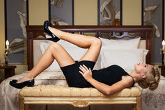 Elegante modieuze vrouw met diamantjuwelen. Royalty-vrije Stock Afbeelding