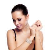 Elegante modieuze vrouw met zilveren juwelen Royalty-vrije Stock Foto's