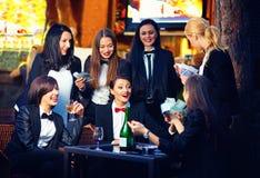 Elegante modieuze vrouwen die in nachtclub gokken Stock Afbeeldingen