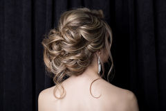 Elegante mooie meisjesbruid met een mooie feestelijke haarbruid in een huwelijkskleding met ornamenten op het hoofd, grote krista royalty-vrije stock foto's