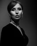 Elegante mooie vrouw met manieroorringen en halsbandlooki stock foto