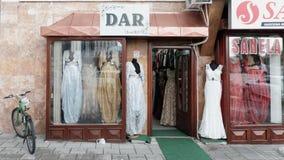 Elegante moslemische weibliche lange Kleider in der Boutique Novi Pazar, Serbi lizenzfreies stockbild