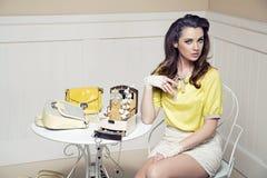 Elegante, mutige Dame im Luxusraum Stockfotografie